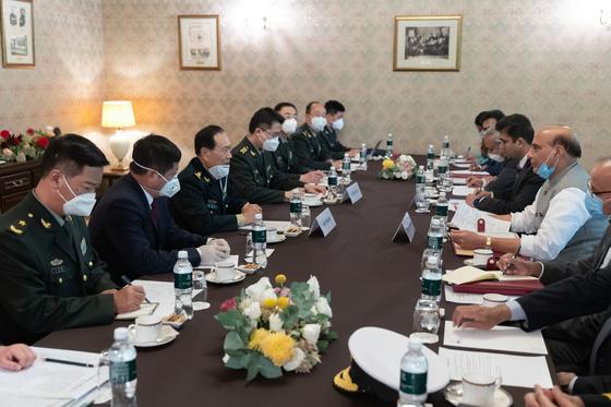 러시아에서 열린 상하이 협력기구 (SCO) 회의에 참석하기 위해 모스크바에 온 중국과 인도 국방 장관은 4 일 국경 분쟁과 관련한 회담을 가졌지 만 서로 자신의 입장 만 고수 한 것 나타났다. [중국 신화망 캡처]