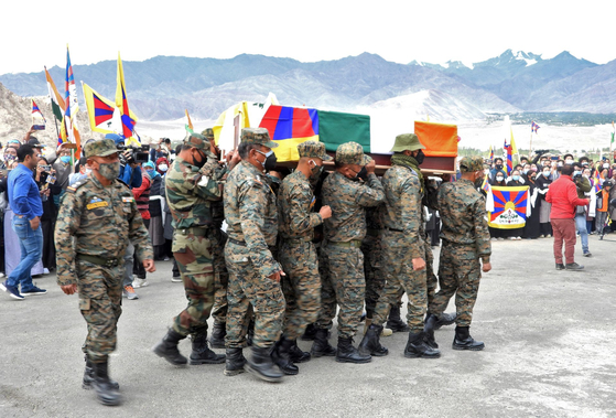 지난 7 일 열린 인도 군 병사 천진 니마의 장례식. 중국과의 국경 충돌 과정에서 지뢰를 밟아 사망 한 것으로 알려진 그는 티베트 망명의 후예이다. 그의 관이 인도의 국기와 티베트 망명 정부의 기치이다 설산 사자기에 싸여있다. [로이터=연합뉴스]