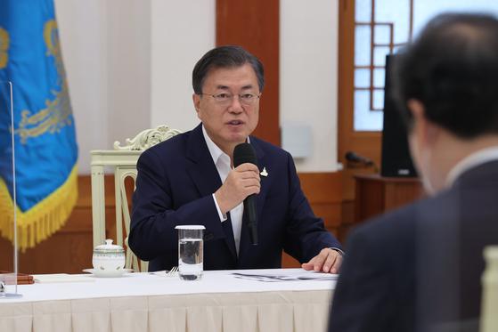 문재인 대통령이 9일 청와대에서 열린 더불어민주당 지도부와의 간담회에서 발언하고 있다. 연합뉴스
