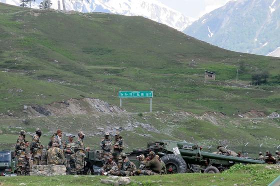 중국과 인도는 모든 핵 보유국으로 극단적 인 충돌을 피하기 위해 국경 분쟁시 총을 사용하지 않기로 합의했지만, 최근의 사태가 악화 대포와 전차까지 동원, 만일의 사태에 대비 있다. [로이터=연합뉴스]