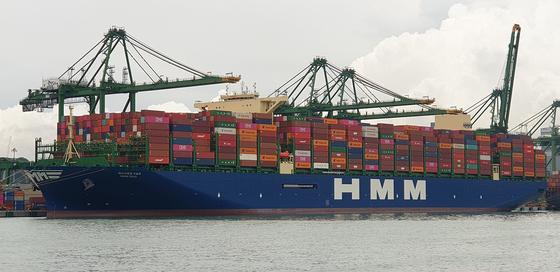2만4000TEU급 세계 최대 컨테이너선 HMM 오슬로호가 싱가포르 PSA항만에서 하역 작업을 진행하고 있다. 사진 HMM