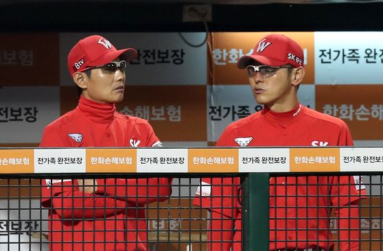 염경엽 감독(왼쪽)이 건강 문제로 자리를 비워 박경완(오른쪽) 코치가 대행을 맡는다. [연합뉴스]