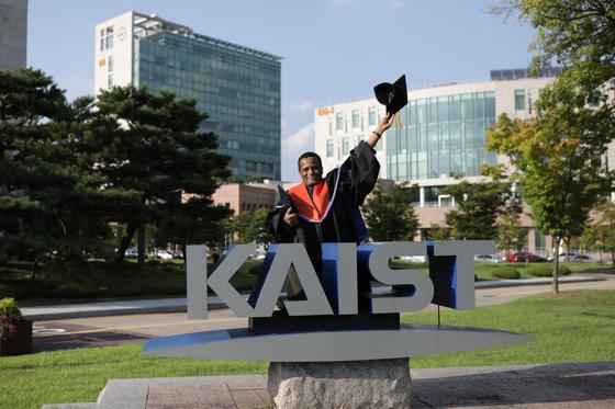 메쿠리아 테클레마리암 장관이 지난달 KAIST 학위식에서 박사모를 흔들며 기뻐하고 있다. 에티오피아 현직 장관인 그는 한국에서 4년 간의 박사학위 과정을 끝내고 12일 귀국한다. 프리랜서 김성태