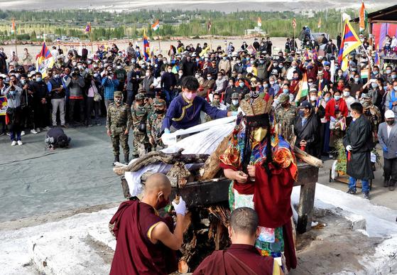 인도는 지난 7일 중국과의 국경 충돌 과정에서 숨진 텐진니마의 장례식을 치렀다. 그는 중국에서 인도로 망명한 티베트인 후예다. 장례식 의식을 거행하는 티베트 승려의 모습이 보인다. [로이터=연합뉴스]