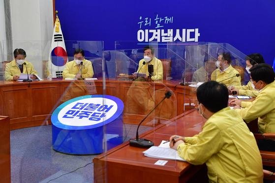 이낙연 더불어민주당 이낙연 대표가 9일 오전 국회에서 열린 당 최고위원회의에서 모두발언을 하고 있다. 뉴스1