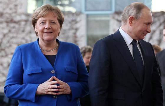 앙겔라 메르켈 독일 총리(왼쪽)과 블라디미르 푸틴 러시아 대통령(오른쪽). EPA=연합뉴스