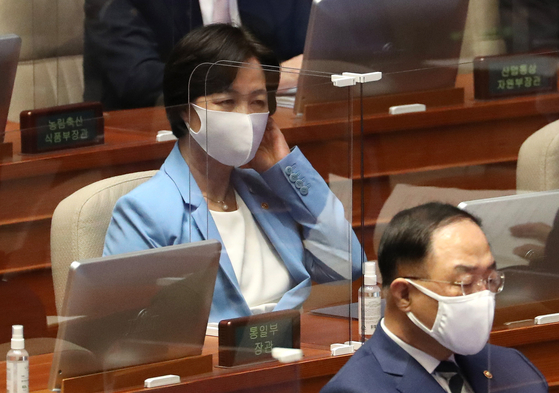 추미애 법무부 장관이 8일 오후 열린 서울 여의도 국회에서 열린 본회의에 참석하고 있다. [뉴스1]