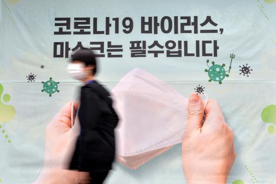 신종 코로나 바이러스 감염증(코로나19) 확산으로 정부가 고강도 '사회적 거리두기 2.5단계'를 계속 시행하고 있는 가운데 대전의 한 거리에서 시민들이 마스크를 착용하고 이동하고 있다. 프리랜서 김성태