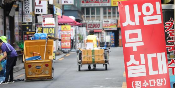 통계청에 따르면 올해 상반기 자영업자가 14만명 가까이 줄었다. 연합뉴스