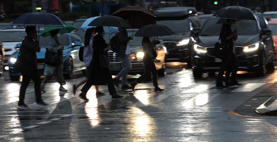 서울 시내에서 우산을 쓴 시민들이 횡단보도를 건너고 있다. 연합뉴스
