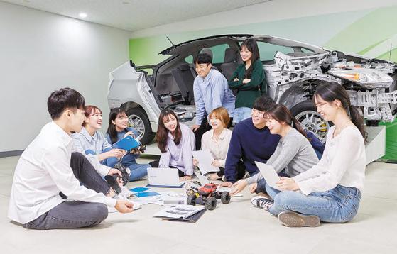 순천향대 SCH미디어랩스에 위치한 '스타트업 프라자'에서 학생들이 자율주행 동아리 활동을 하고 있다. [사진 순천향대]