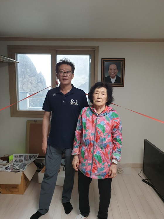 유일한 독도 주민인 김신열씨(오른쪽)와 둘째 사위 김경철씨. 사진은 지난 7월 독도 서도 주민숙소 방안에서 촬영된 것이다. [사진 김경철씨]