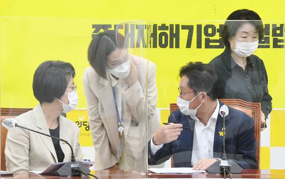 강은미(왼쪽부터)·장혜영·배진교 의원이 9일 오전 서울 여의도 국회에서 열린 의원총회에서 대화하고 있다. 정의당은 이날 의원총회를 열고 배진교 원내대표의 당대표 출마로 공석이된 원내대표에 강은미 의원을, 수석부대표및 대변인에는 장혜영 의원을 선출했다. 뉴스1