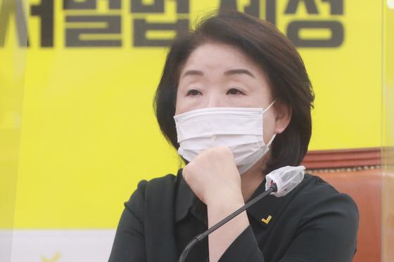 심상정 정의당 대표가 9일 오전 서울 여의도 국회에서 열린 의원총회에서 생각에 잠겨 있다. 뉴스1