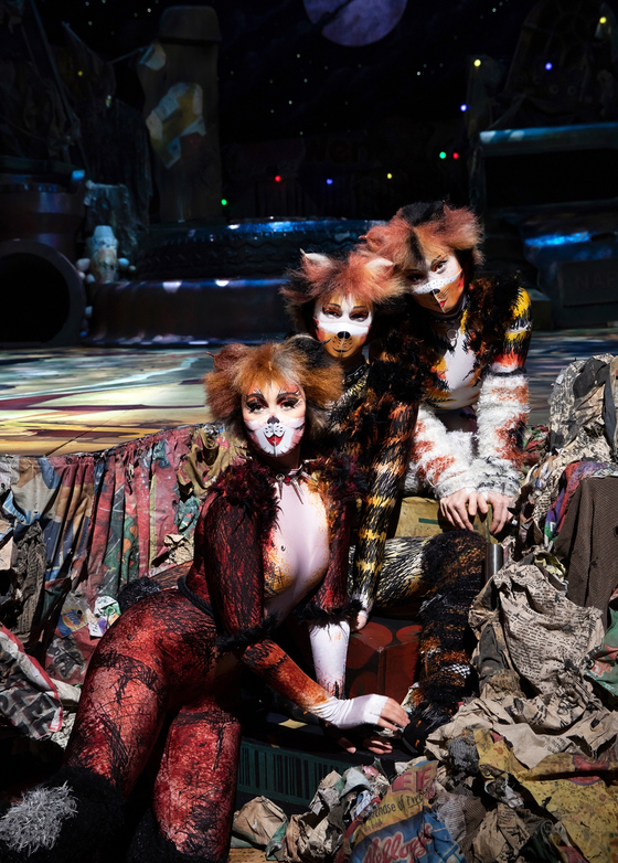 뮤지컬 '캣츠'의 배우들이 '메이크업 마스크'를 착용한 모습. [사진 에스앤코]