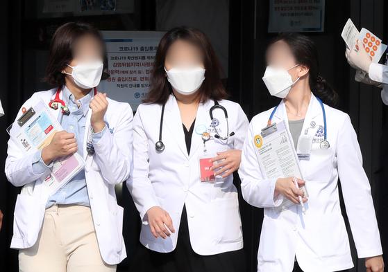 9일 오전 서울 서대문구 신촌세브란스병원에서 의료진들이 발걸음을 옮기고 있다.  이날 세브란스병원에 따르면 의대 정원 확대 등에 반대하며 집단휴진을 이어왔던 인턴 92명, 레지던트 377명 등 총 469명이 복귀한다고 밝혔다. 뉴스1