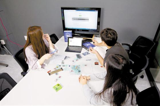 SU-이노베이션 아카데미가 제작한 코딩키트로 학생들이 프로그래밍을 배우고 있다. [사진 삼육대]