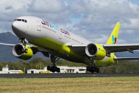 진에어가 10월 중순 대형 항공기인 B777-200ER 여객기 1대를 개조해 화물 전용기로 운영한다고 밝혔다. 국내 저비용항공사(LCC) 중 처음이다.   사진은 진에어 B777-200ER 여객기. [진에어 제공]