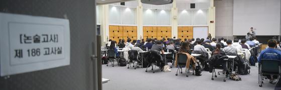 지난해 11월 서울 한 대학에서 대입 수시모집 논술고사를 치르고 있다. 연합뉴스