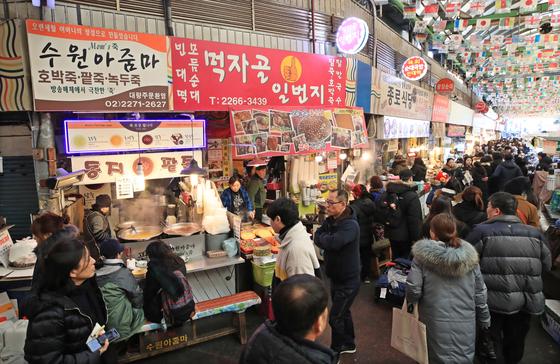 인파로 붐비는 서울 종로구 광장시장. [연합뉴스]