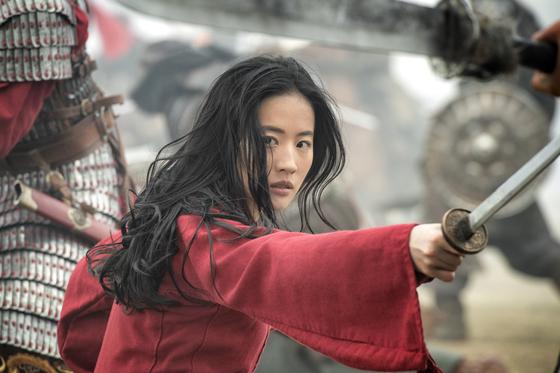 9월17일 한국 개봉에 앞서 11일 중국 극장에서 먼저 걸리는 디즈니 실사영화 '뮬란'. [사진 월트디즈니 컴퍼니 코리아]