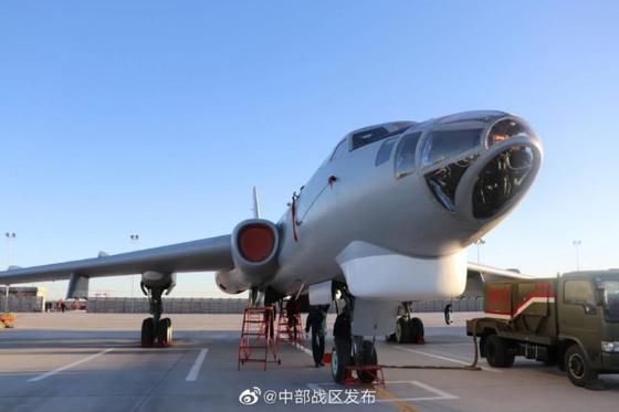 중국 인민해방군 중구전부 사령부가 8일 공개한 중국 폭격기 H-6 사진. 해당 티베트 지역 비행장으로 추정된다. [웨이보]