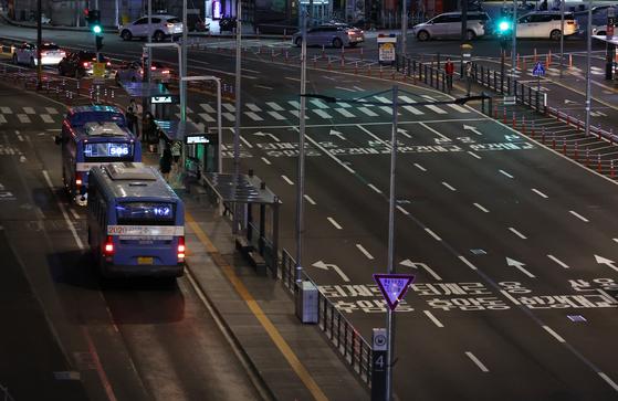 지난달 31일 서울역 버스환승센터에 버스가 들어오고 있다.    서울시는 이날일부터 다음 달 6일까지 밤 9시 이후의 시내버스 감축 운행 계획을 30일 중앙재난안전대책본부(중대본)에 보고했다.   이에 따라 20개 혼잡노선과 심야버스, 마을버스를 제외한 325개 노선의 야간 운행 횟수가 현재 4천554회에서 3천644회로 910회 줄어들게 된다. 연합뉴스