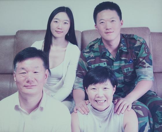 2012년 5명에게 장기를 기증하고 세상을 떠난 고 이윤희씨(왼쪽 위)와 가족들.