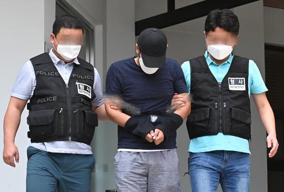 귀갓길이던 편의점 알바 30대 여성을 강도살인한 혐의로 구속된 피의자 A씨가 10일 오후 제주서부경찰서에서 제주지방검찰청으로 송치되고 있다. 뉴시스