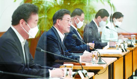 문재인 대통령이 10일 오전 청와대에서 열린 제8차 비상경제회의에서 모두 발언을 하고 있다. 청와대사진기자단=한경 허문찬기자 sweat@hankyung.com