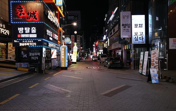지난 8월30일 '사회적 거리두기 2.5단계'가 시행된 이후 서울 강남역 인근 먹자골목이 한산한 모습이다. 연합뉴스
