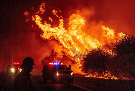 9일(현지시간) 캘리포니아주에서 발생한 산불이 걷잡을 수 없이 확산되고 있다. AFP=연합뉴스