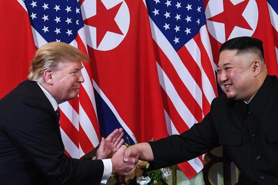 도널드 트럼프 미국 대통령과 김정은 북한 국무위원장이 2019년 2월 27일 베트남 하노이에서 2차 정상회담에서 만나 악수하고 있다. [AFP=연합뉴스]