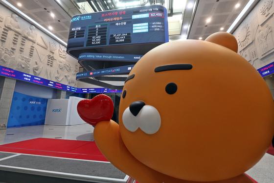 10일 서울 영등포구 여의도 한국거래소 전광판에 카카오게임즈의 코스닥 상장을 알리고 있다. [뉴스1]