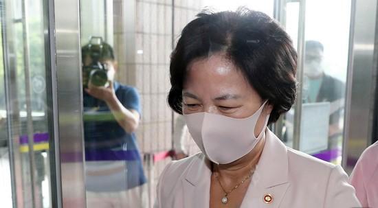 추미애 법무부 장관이 10일 오전 정부과천청사로 출근하고 있다. 뉴스1