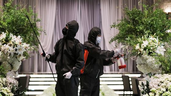 지난달 경기도 수원의 한 예식장에서 직원이 방역 작업을 하고 있다. 뉴스1