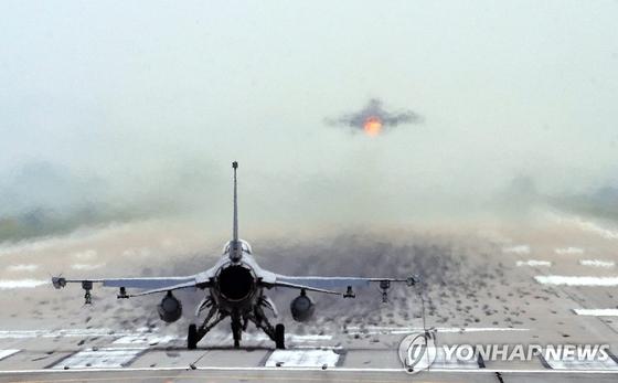이륙하는 F-16. 연합뉴스