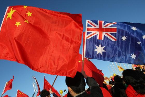 호주는 중국과 경제적으로 매우 밀접하다. 무역이나 유학생, 관광객 등에서 중국이 최대 수입원이다. 그러나 정치나 외교적으로 미국과 보조를 맞추며 최근 중국과의 관계는 악화일로다. [AFP=연합뉴스]