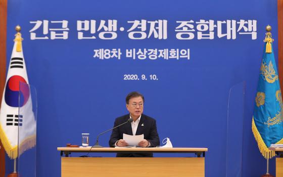 문재인 대통령이 10일 오전 청와대에서 제8차 비상경제회의를 주재하고 있다. 연합뉴스