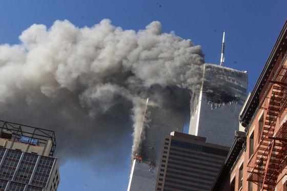2001년 9월 11일 미국 세계무역센터에 항공기가 충돌하는 테러가 발생해 건물이 붕괴됐다. [AP=연합뉴스]