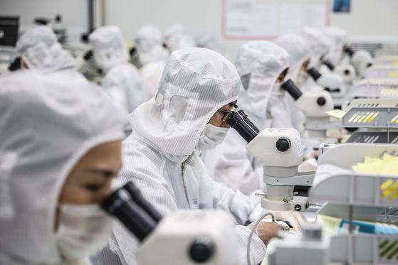 지난 7월 중국 장쑤성 화이안시의 한 LED 칩 공장의 모습.[AFP=연합뉴스]