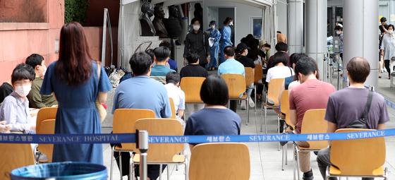 지난달 18일 오전 서울 서대문구 신촌 세브란스병원 내 선별진료소에서 신종 코로나 바이러스 감염증(코로나19) 검사를 받기위해 시민들이 대기하고 있다. [뉴스1]