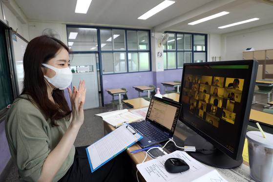 신종 코로나바이러스 감염증(코로나19) 재확산 여파로 수도권 지역 학교가 원격수업을 시행한 가운데 서울 강남구 봉은중학교에서 수학 교사가 원격수업을 하고 있다. 뉴스1