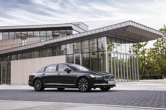 S90의 부분변경 모델은 전장이 125㎜나 늘어났지만 고유의 아름다운 비례를 잃지 않았다. 롱휠베이스 모델은 한국과 미국, 중국에서 팔린다. 사진 볼보자동차코리아