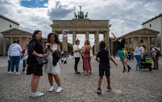 지난달 4 일 (현지 시간) 독일 베를린 파리 저 광장에 위치한 관광 명소 브란덴부르크 문 앞에서 유럽인들이 관광을 즐기고있다.  지난 봄 심각했던 1 차 환데미쿠가 어느 정도 소강 상태가되면 유럽 여행 제한 조치를 풀었다 때다.[AFP=연합뉴스]