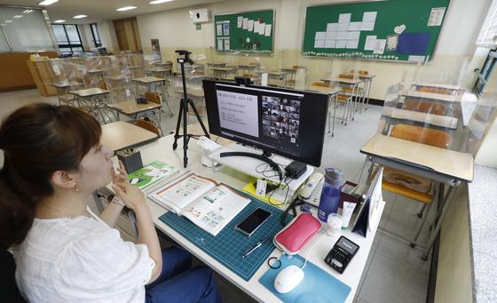 서울 화랑초등학교 6학년 2반 교실에서 담임교사가 화상을 통해 제자들에게 수업을 하고 있다. 뉴시스