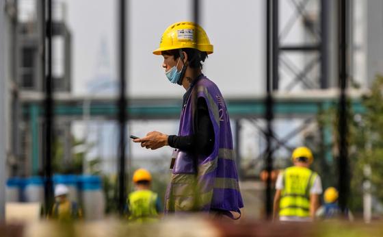 7일 중국 상하이 SMIC 공장에서 일하는 노동자의 모습. [EPA=연합뉴스]