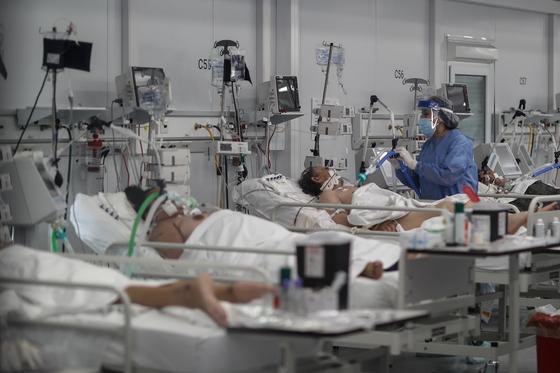 신종 코로나 바이러스 감염 (코로나 19) 확산 세 심각한 아르헨티나 부에노스 아이레스 병원 6 일 (현지 시간)의 모습.  코로나 19 집중 치료 병상에서 치료를 받고있다. [EPA=연합뉴스]