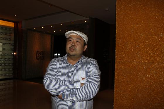 김정남씨가 생전인 2010년 6월 마카오 알티라 호텔에서 본지와 인터뷰 하는 모습. 신인섭 기자
