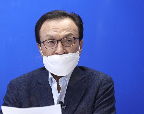이해찬 전 더불어민주당 대표가 지난달 28일 오후 서울 여의도 더불어민주당사에서 온라인 퇴임 기자간담회를 하고 있다. 뉴스1